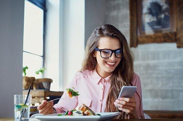 Použivání telefonu při jídle navyšuje kalorický příjem.