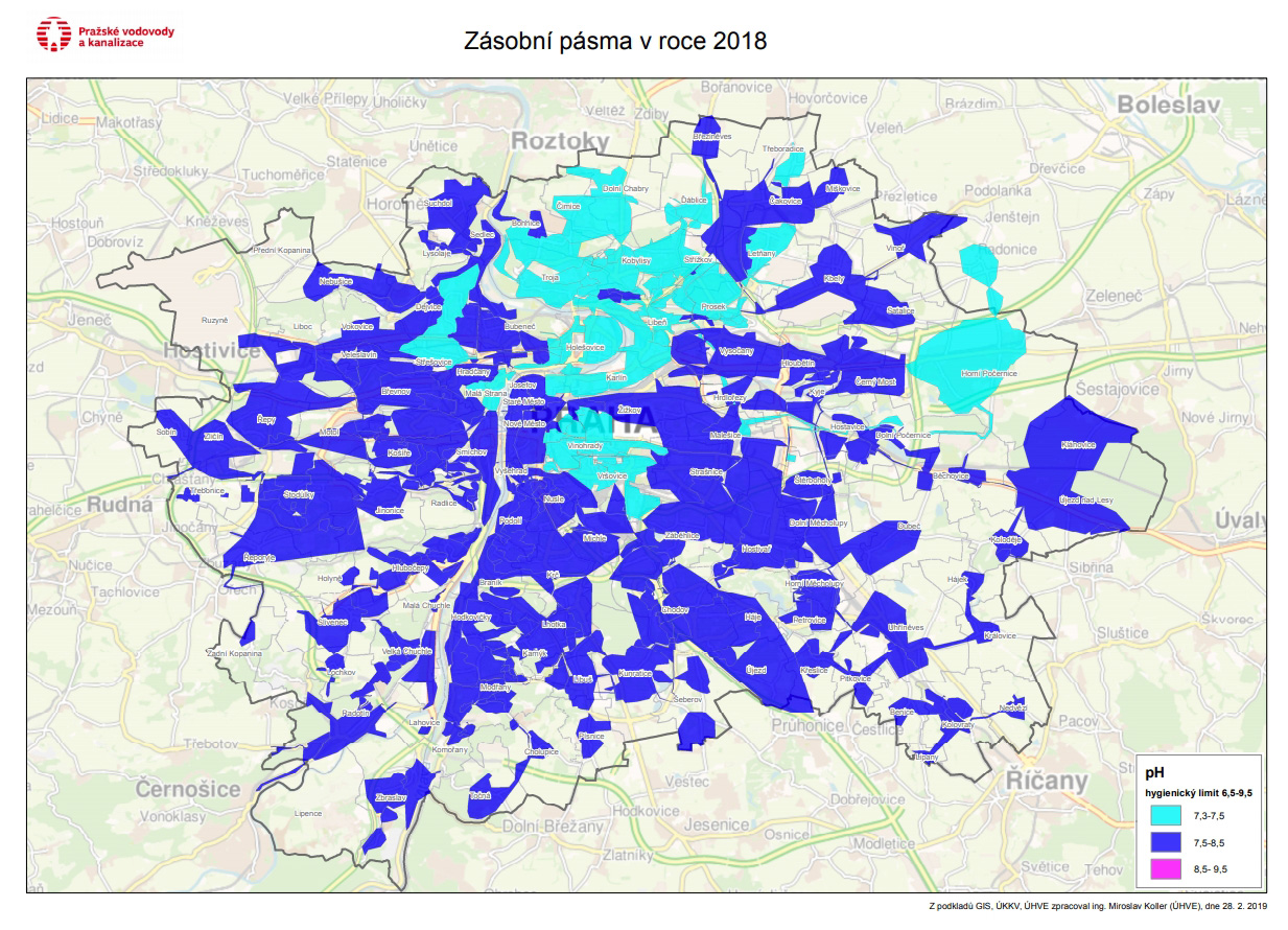 Alkalická voda z kohoutku v Praze, tmavě modrou barvou voda s alkalickým pH 7,5-8,5.